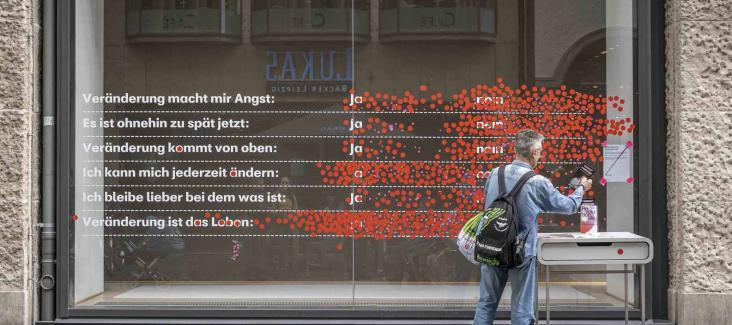 """Passers-by vote on what """"Change"""" means to them at the former Karstadt-building in Leipzig"""
