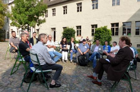 Common reflections on democracy work in a courtyard in Wittenberg